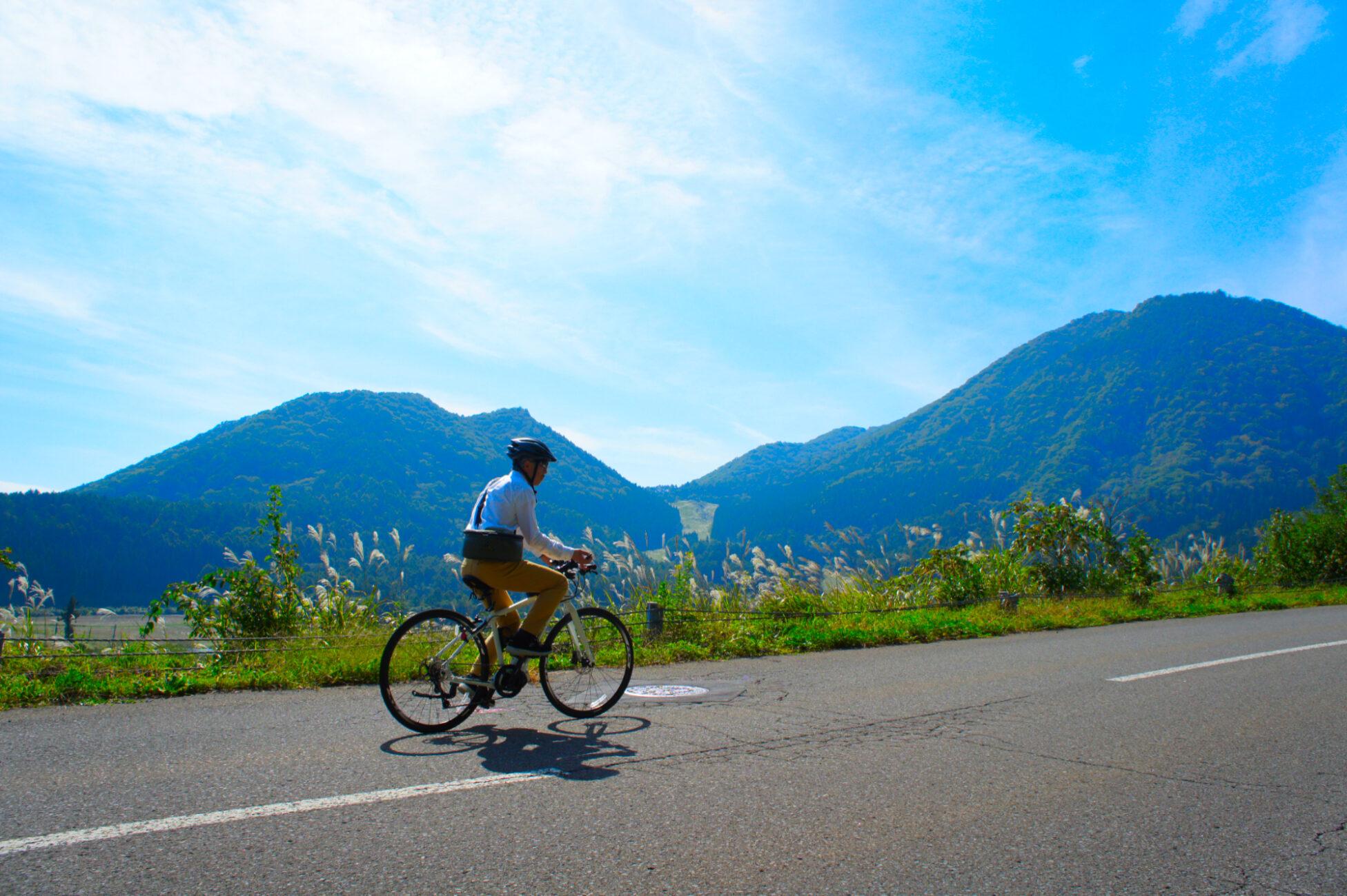 木島平やまびこの丘公園向かって走るE-bike