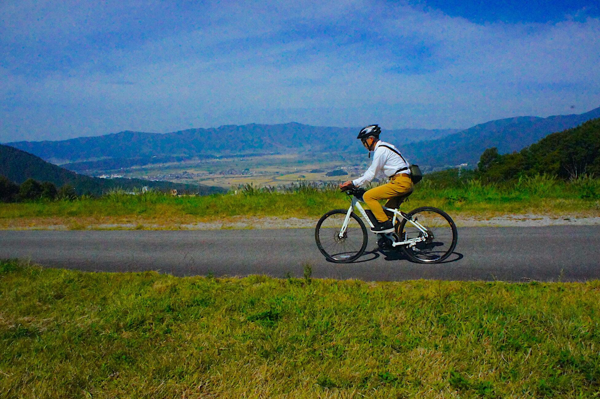眺めの良い木島平スキー場を横切る道をE-bikeで走る